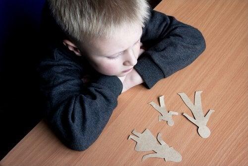 Anne ve babasının ayrılığını düşünen çocuk