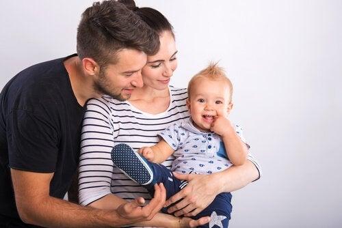 Anne ve babasının kucağındaki bebek