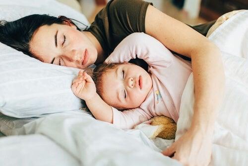 Anne ve bebek birlikte uyuyorlar