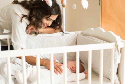 Beşiğindeki bebek ve anne