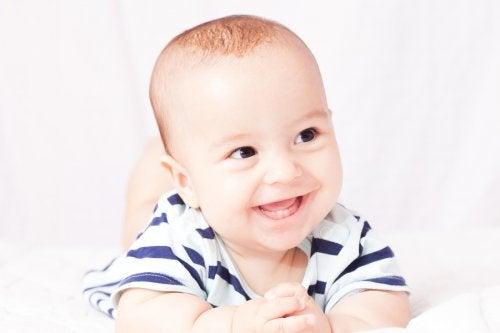 Dişleri çıkan bebek gülüyor