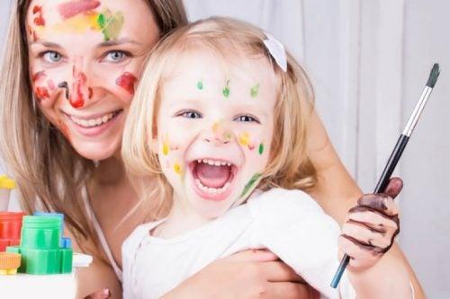 anne çocuk boyama yapıyor