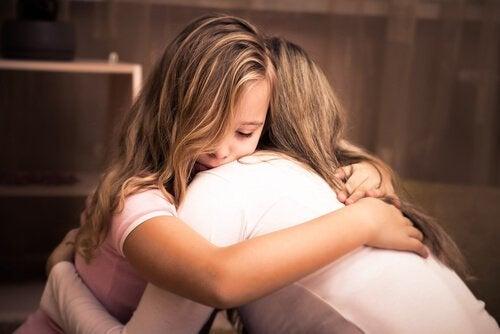 anne kız sarılıyor