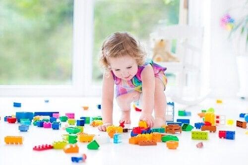 oyuncak oynayan kız
