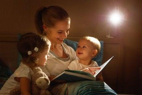 Çocuklarına masal okuyan anne
