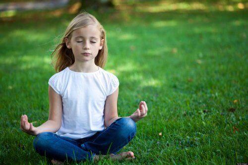 çimenlerde oturan kız