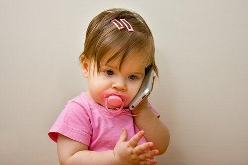 telefonla oynayan kız bebek