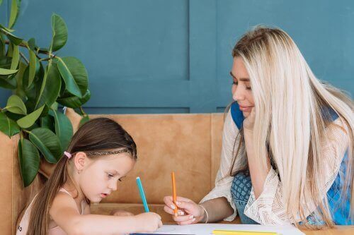ödev yapan anne kız