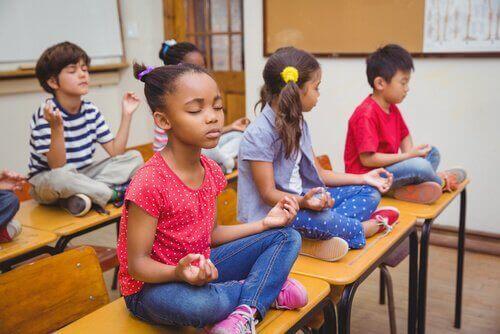 sınıfta meditasyon yapan çocuklar