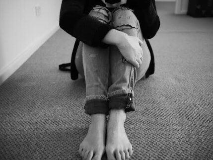 endişe duyan çıplak ayak kadın
