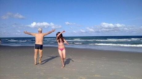 sahilde büyükbaba ve torun