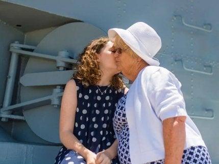 büyükanne ve onu öpen torun