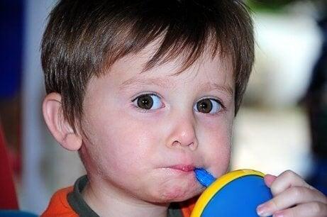 pipetle içecek içen çocuk