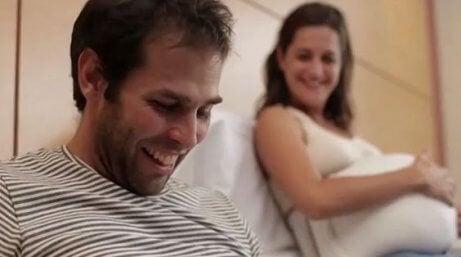 hamile kadın ve gülen eşi