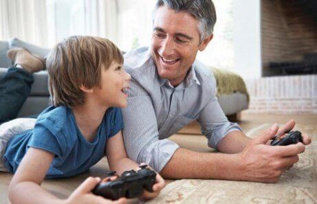baba ve erkek çocuk oyun oynuyor