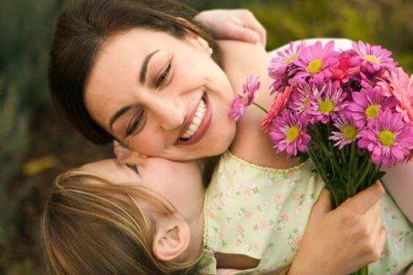 sarılan anne ve bebek