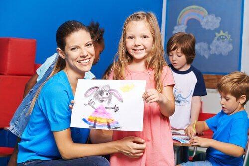 Anaokulundaki kız ve çizdiği resim