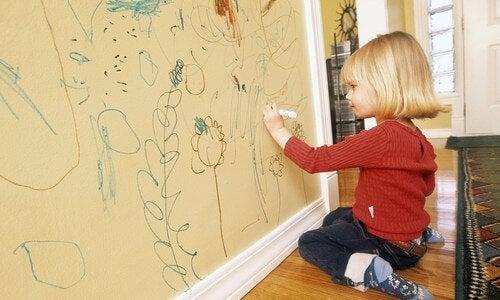 Duvara resim yapan çocuk