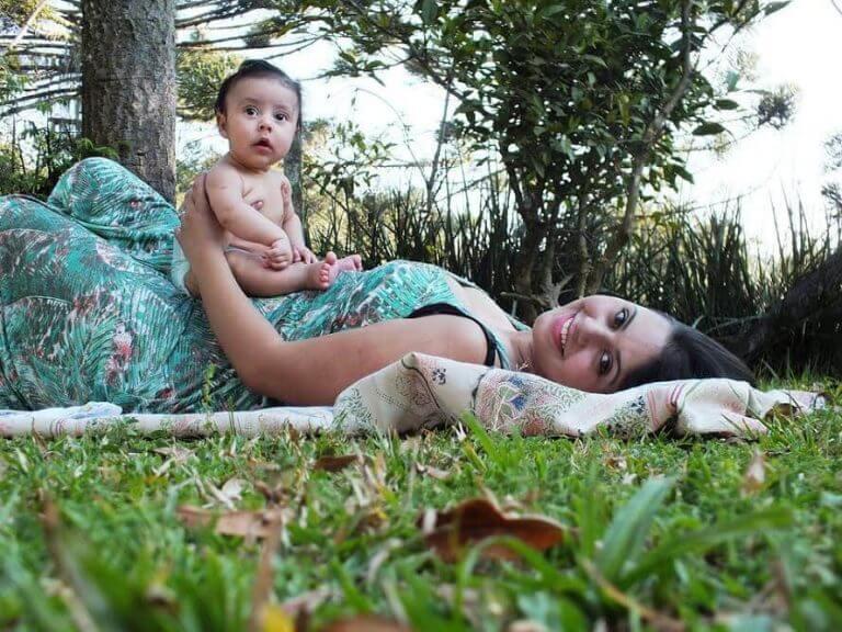 çimlerde yatan anne ve yenidoğan
