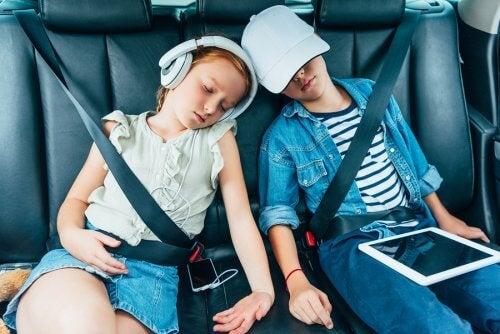 çocuklar arabada uyuyor