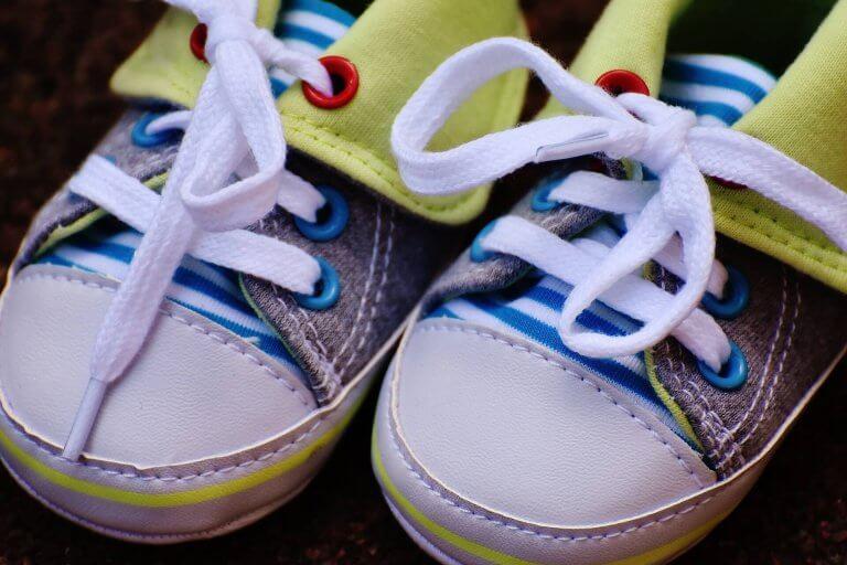 bağcıkları bağlı bebek ayakkabısı