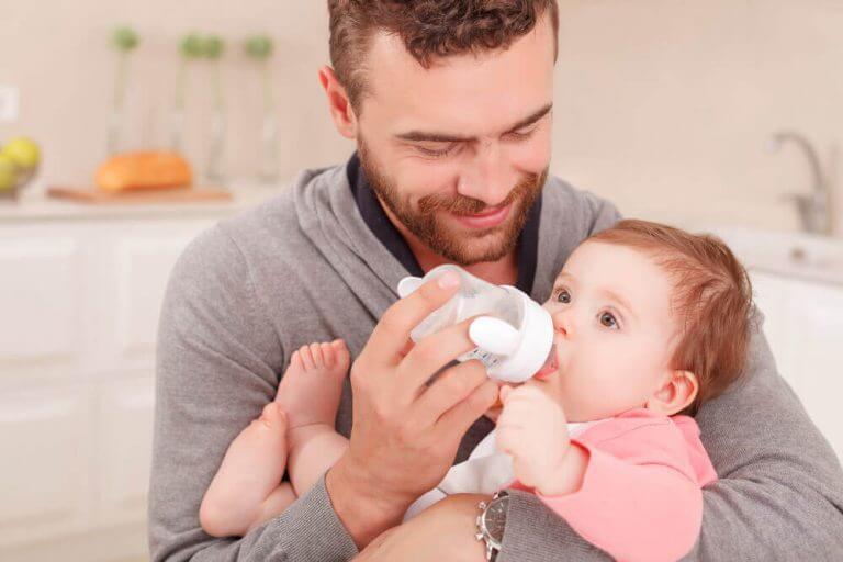biberonla süt içiren baba