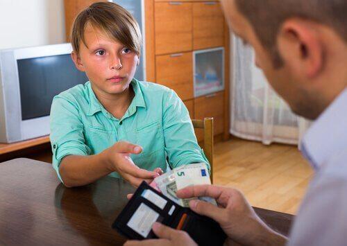 babasından para alan bir çocuk