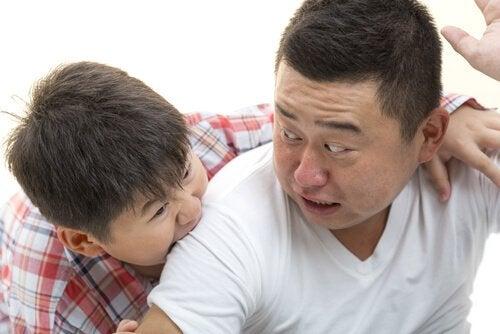 babasını ısıran erkek çocuk