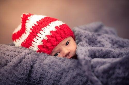 Battaniyeye sarılı bebek