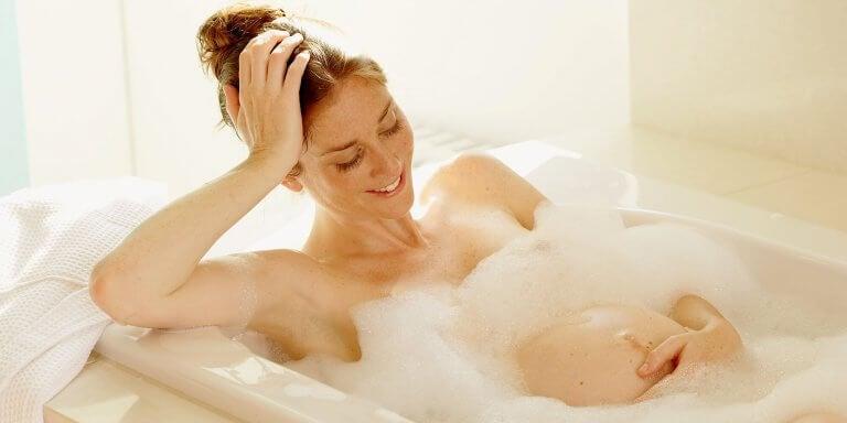 köpüklü banyo yapan gebe kadın