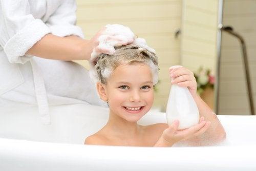 kendi başına banyo yapan çocuk