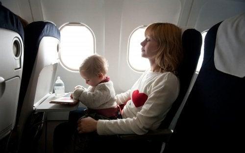 Uçak seyahati yapan anne ve bebek