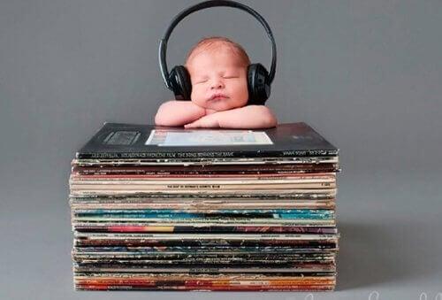 kulaklık takılı bebek ve plaklar