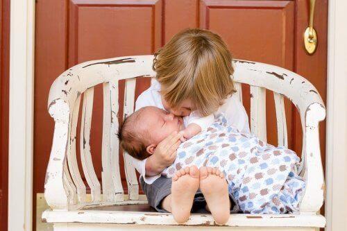 bebeğe sarılan çocuk