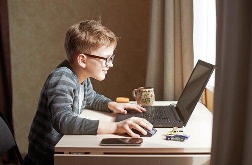 bilgisayarla oynayan çocuk