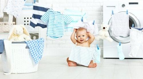 askılmış kıyafetler ve bebek