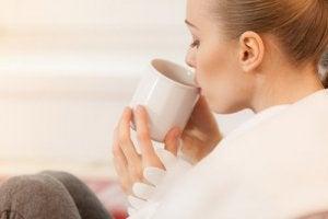 bitki çayı içen kadın
