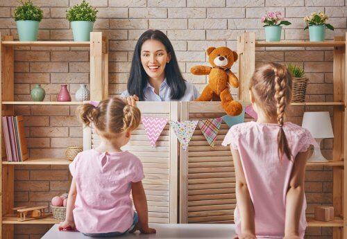 gösteri yapan bir kadın ve iki çocuk