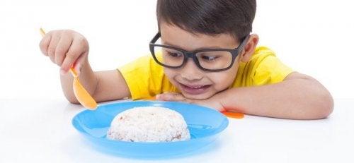 pilav yiyen çocuk