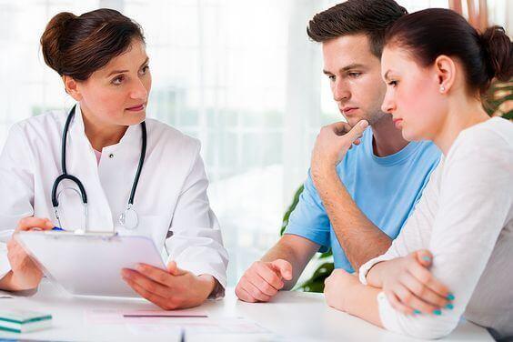 kendi aralarında konuşan doktorlar