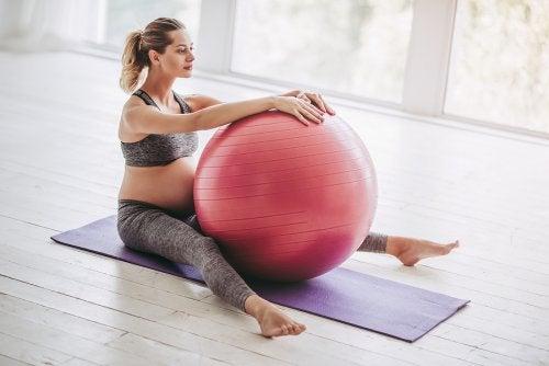 pilates topu egzersiz yapan kadın