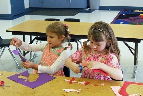 Sınıfta etkinlik yapan çocuklar