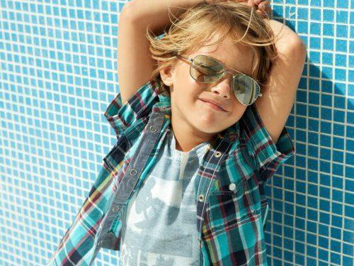güneş gözlüklü çocuk