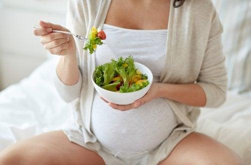 salata yiyen hamile kadın