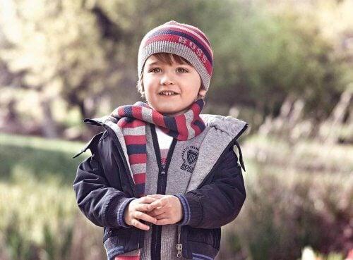 soğukta sıkı giyinen çocuk