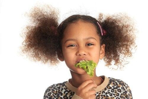 marul yiyen kız sonbaharda önerilen vitaminler