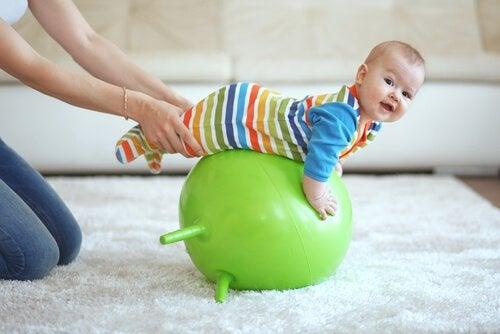 pilates topu ve bebek