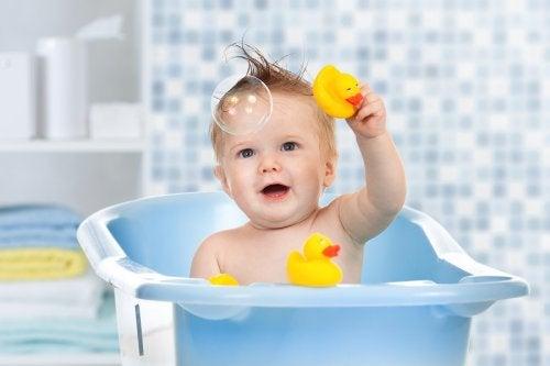 kendi başına banyo yapan bebek