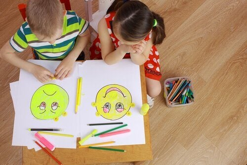 resim çizen iki çocuk