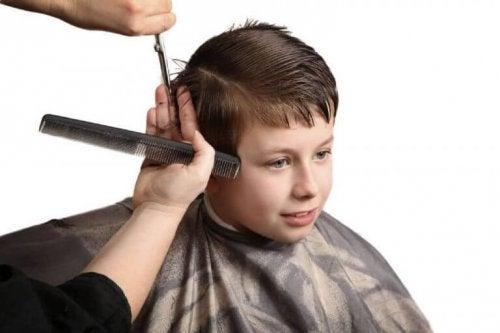 saçı kesilen çocuk
